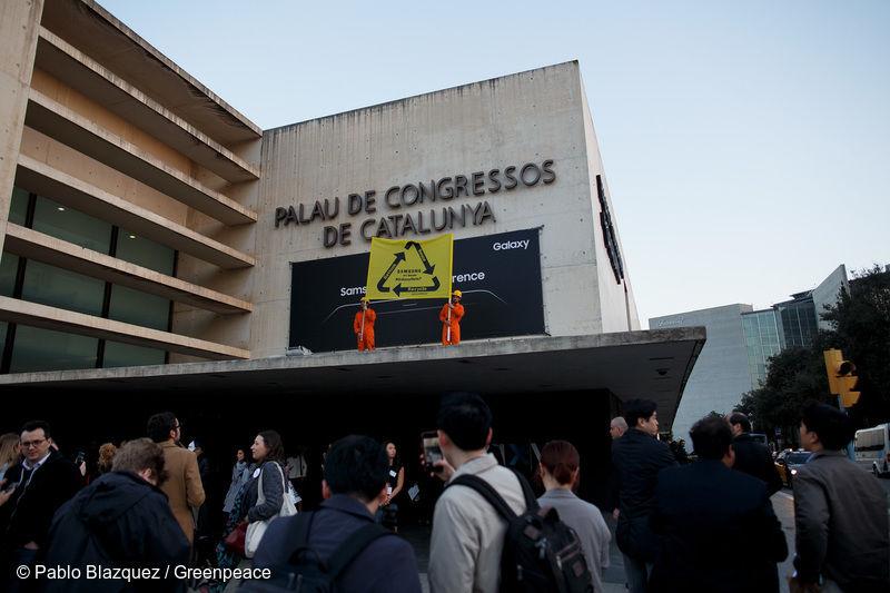 绿色和西班牙志愿者在MWC现场抗议,要求三星公开召回手机处理计划.jpg