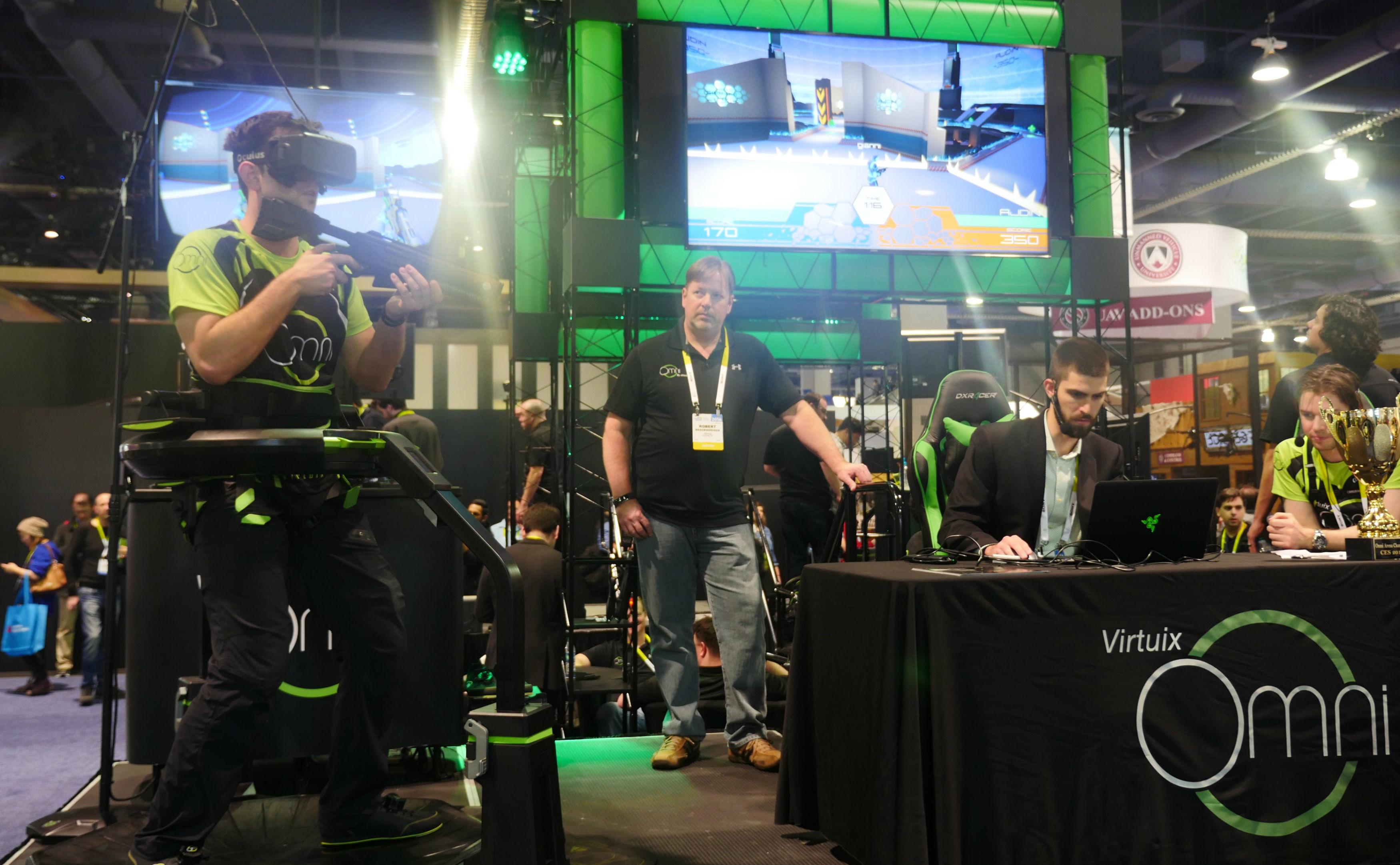 视频 | 我体验了最酷的 VR 设备,但差点把腰扭了