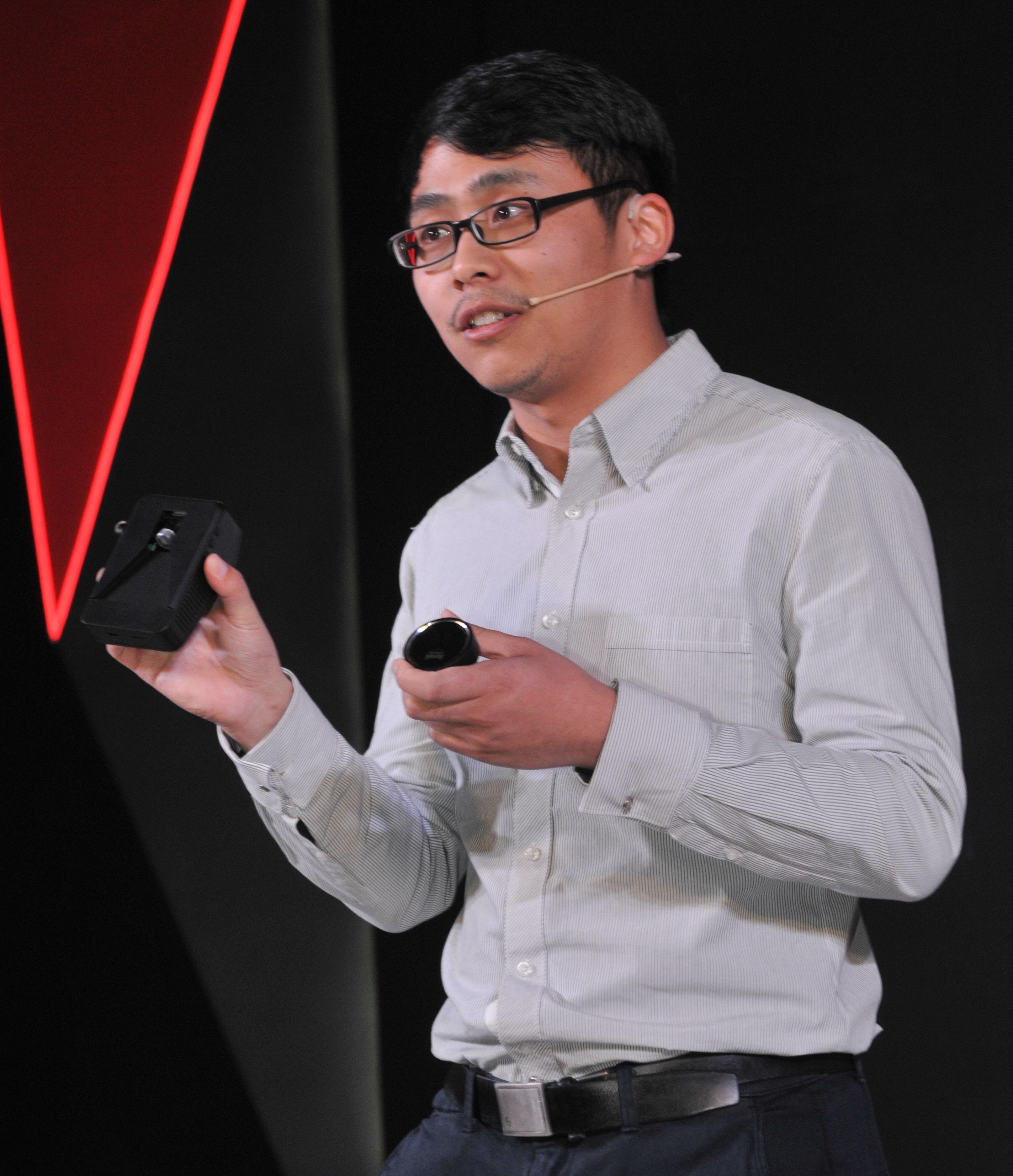 刘国清在展示MINIEYE后装产品.jpeg