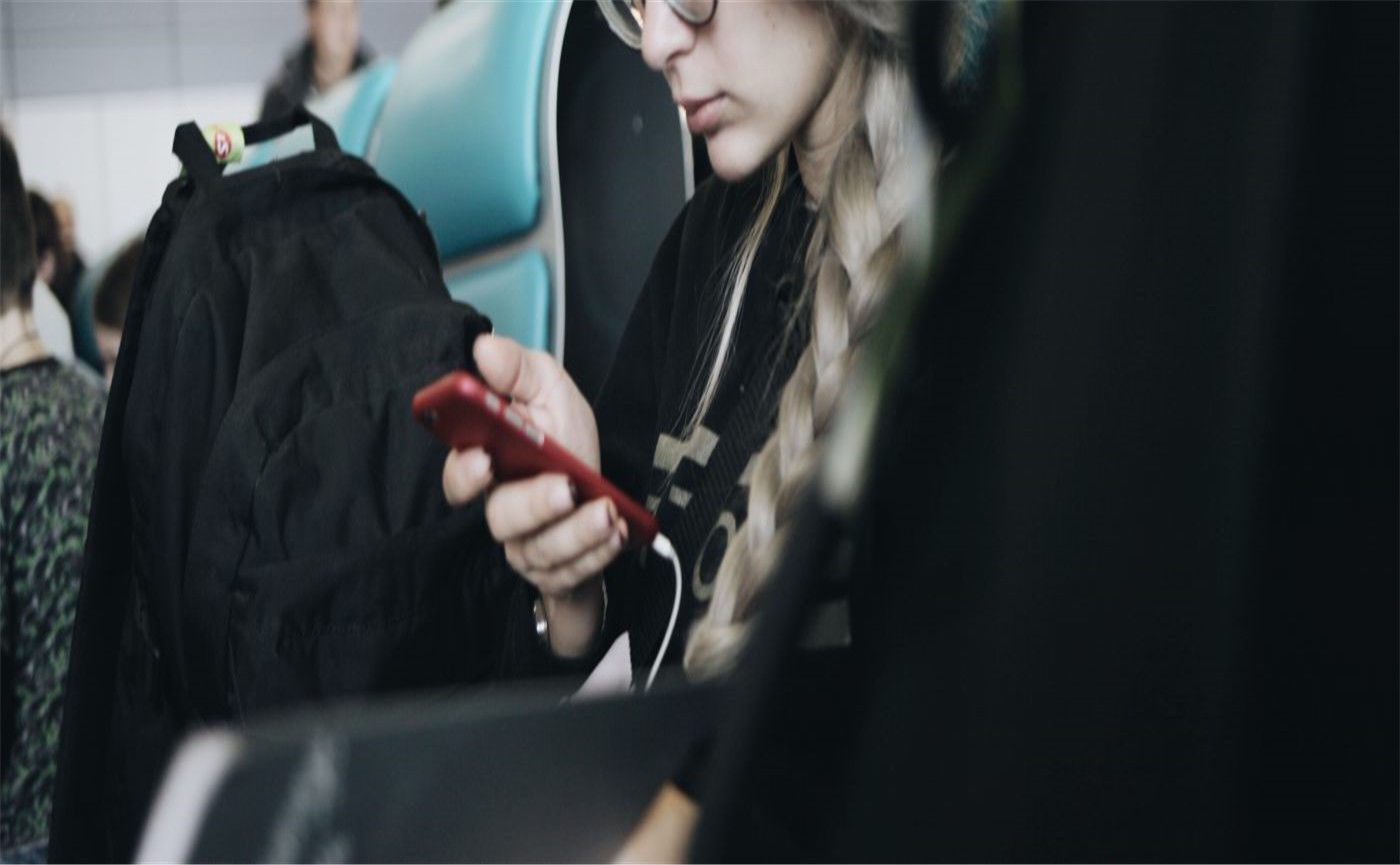 woman-reading-and-on-phone_contributor-use-only-1400x500_副本_副本.jpg