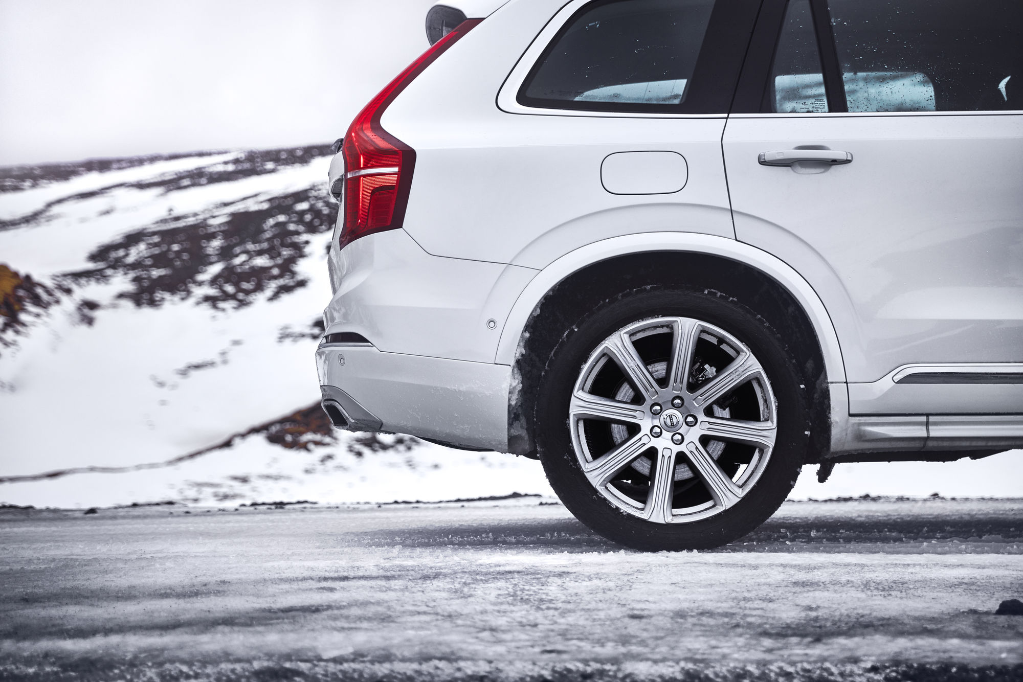 VO_03873_Stendahls_MVMvinter2016_38 Winter 2017, XC90 T8 Inscription, 707 Crystal White Pearl, 21 8-Spoke Silver Diamond Cut Alloy Wheel \250C 174.jpg