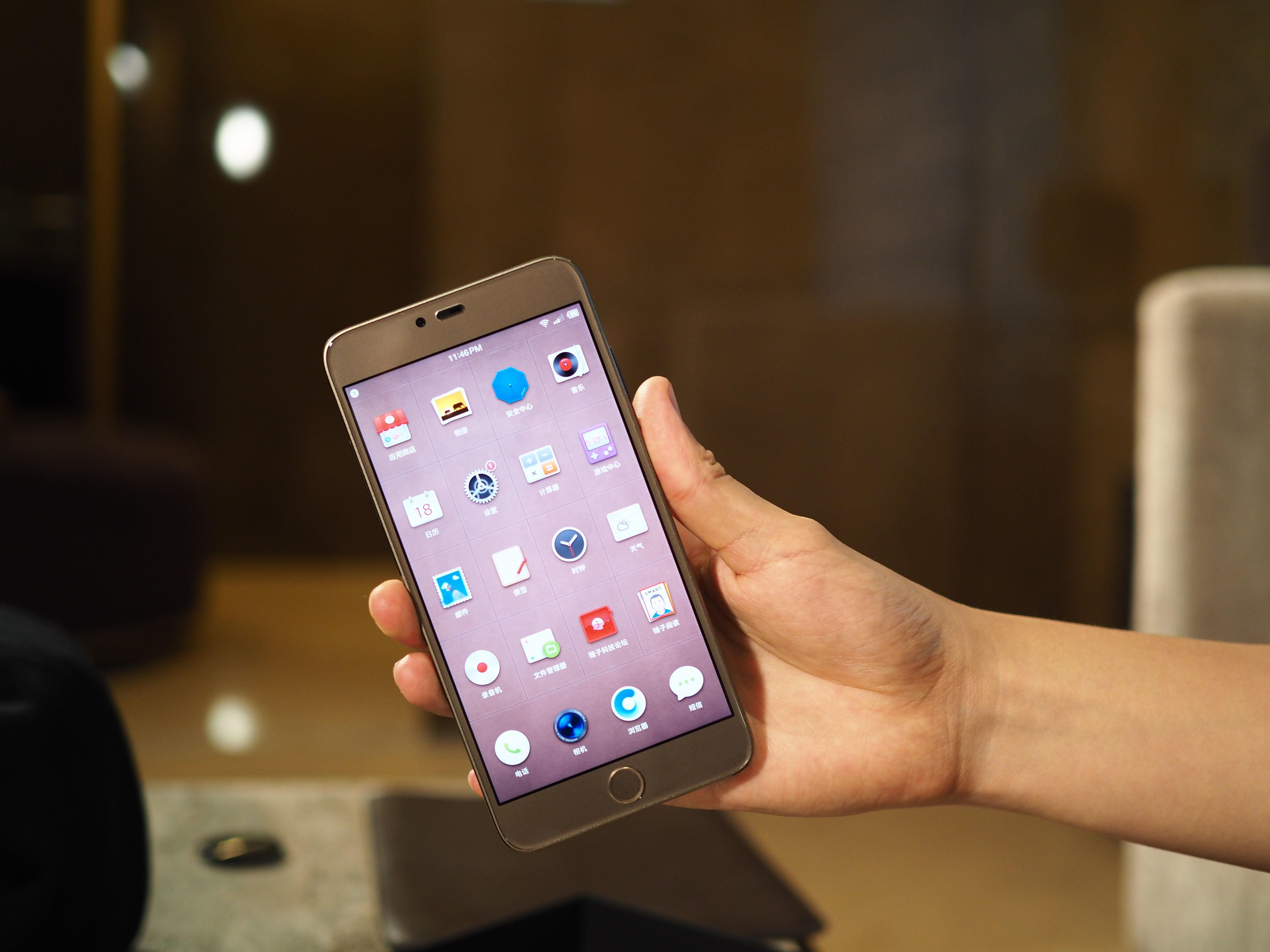 入行4年,罗永浩终于拿出最诚意的两款手机
