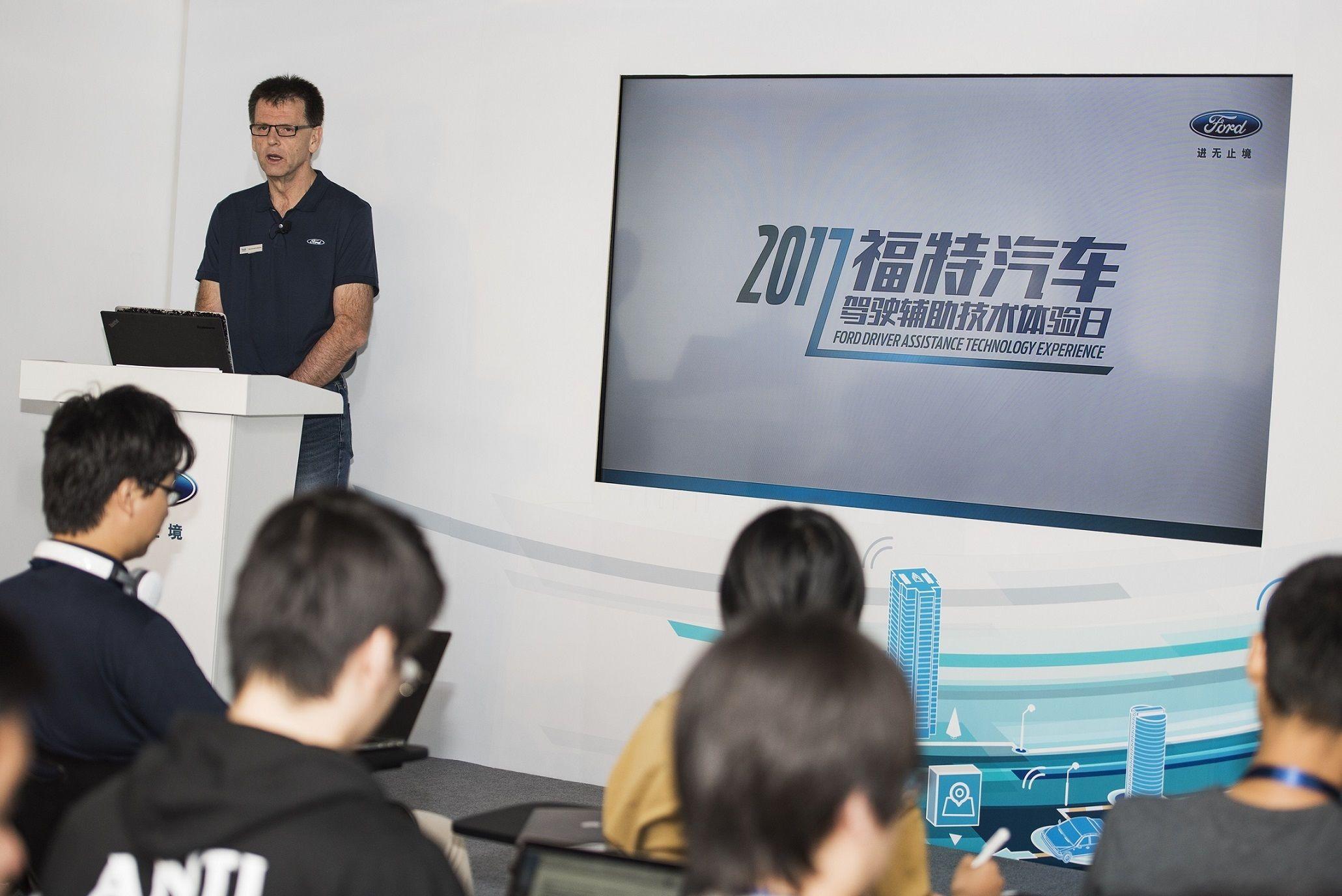 福特汽车亚太区产品开发副总裁韦盛廷(Trevor Worthington)先生阐释在国家智能网联汽车(上海)试点示范区进行驾驶辅助技术测试的重要意义.jpg
