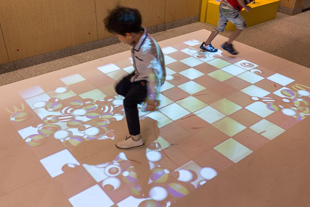电子互动游戏区利用垂直投影与体感技术让孩子动起来.jpg