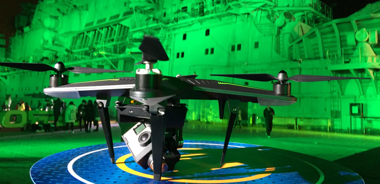 Explorer :降落在明斯克航母上的无人机